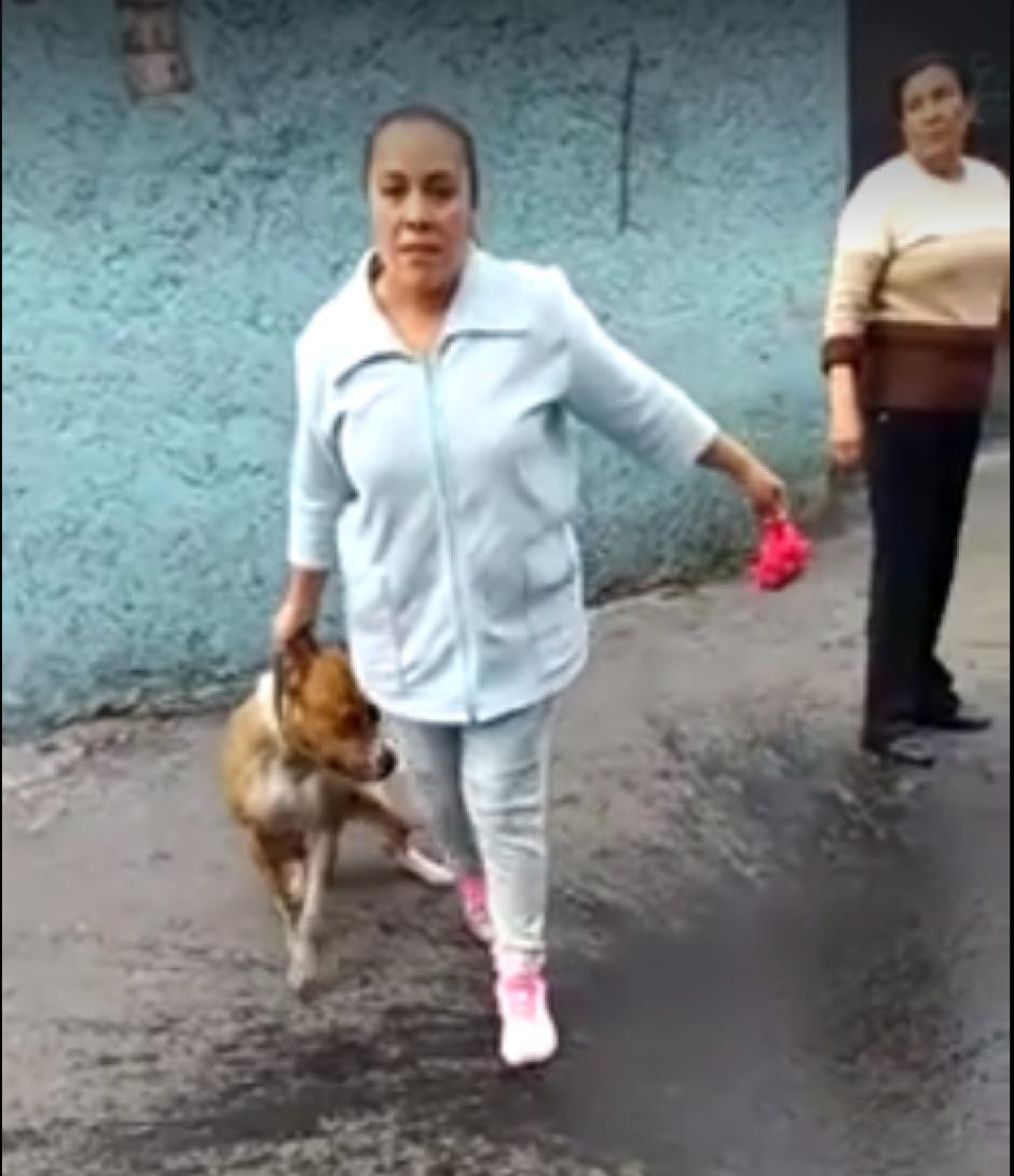 Al notar que está siendo grabada, se acerca al dueño del perro asesinado. (Imagen: Captura de pantalla)