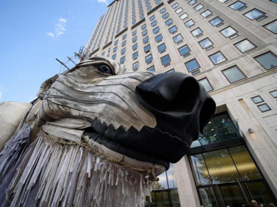 Greenpeace instaló ante la sede de Shell en Londres un oso polar gigante para protestar por la perforación que la empresa petrolera hace en el Ártico. (Foto: laestrella.com.pa)
