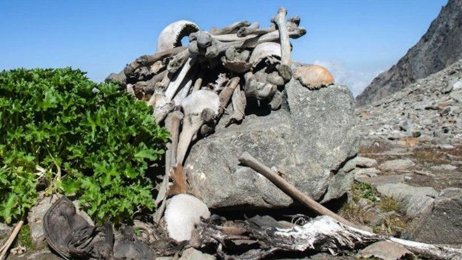 Cuando se derrite en verano exhibe huesos humanos. (Foto: Wikipedia)