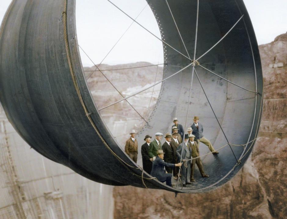 Funcionarios viajan en una de las tuberías de la presa de Hoover a punto de ser terminada, Arizona, EE.UU. 1935 (Foto: The Paper Time Machine)