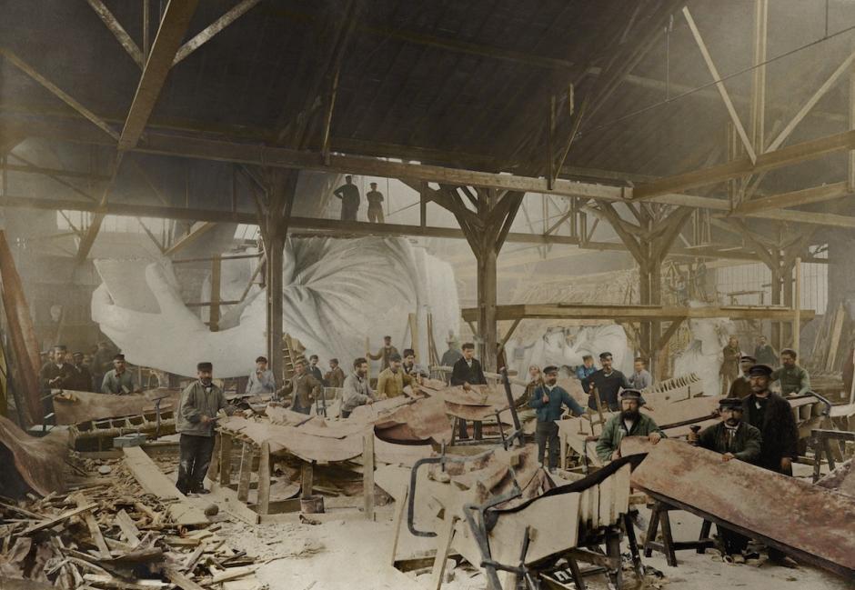 Trabajadores construyen la estatua de la libertad en el interior del taller de escultor Frédéric Auguste Bartholdi en París. (Foto: The Paper Time Machine)