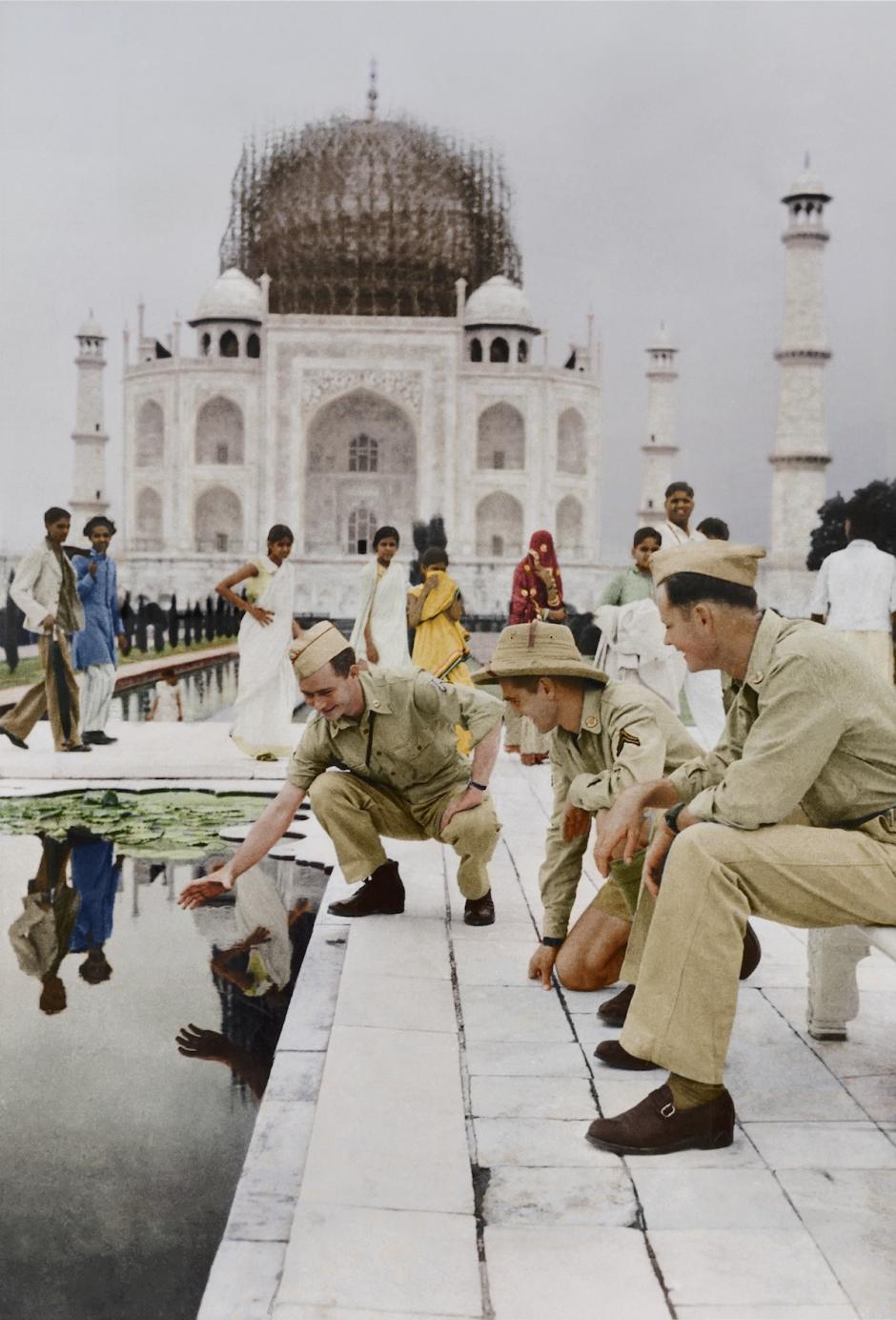 Restauración del Taj Mahal, India, 1942. Un soldado de primera clase tratando de atrapar un pez en la piscina de mármol. (Foto: The Paper Time Machine)