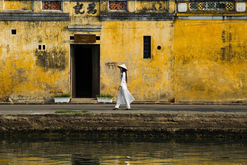 Una chica camina por las calles cercanas al río en la ciudad de Hoy An.(Foto: Réhahn)
