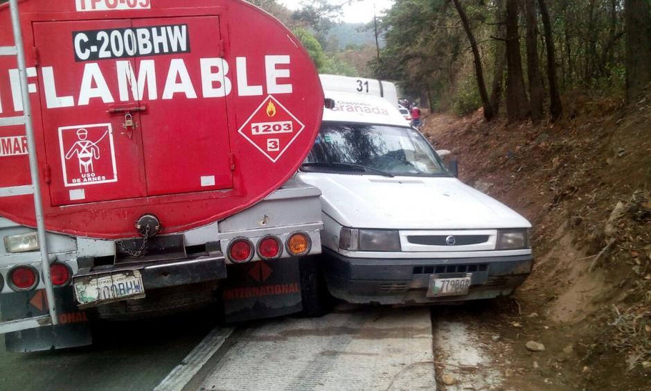 Una pipa de combustible estuvo involucrada en un accidente de tránsito múltiple. (Foto: @FrancisImuchac)