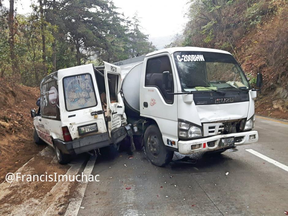 Al menos ocho vehículos estuvieron involucrados en un percance vial.  (Foto: @FrancisImuchac)