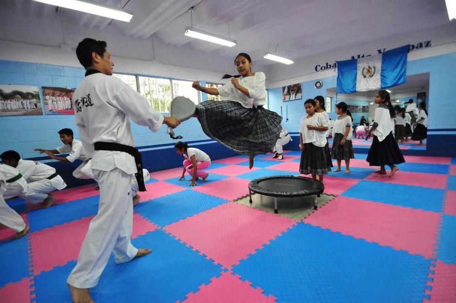 En el gimnasio de la Asociación de Taekwondo de Cobán también hay niñas que practican usando su traje tradicional. (Foto: Byron de la Cruz/Soy502)