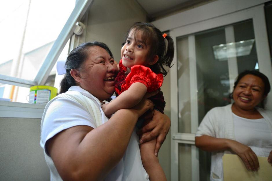 Damaris Luch, la nana de Las Rositas, se despidió de las dos niñas. (Foto: Wilder López/Soy502)