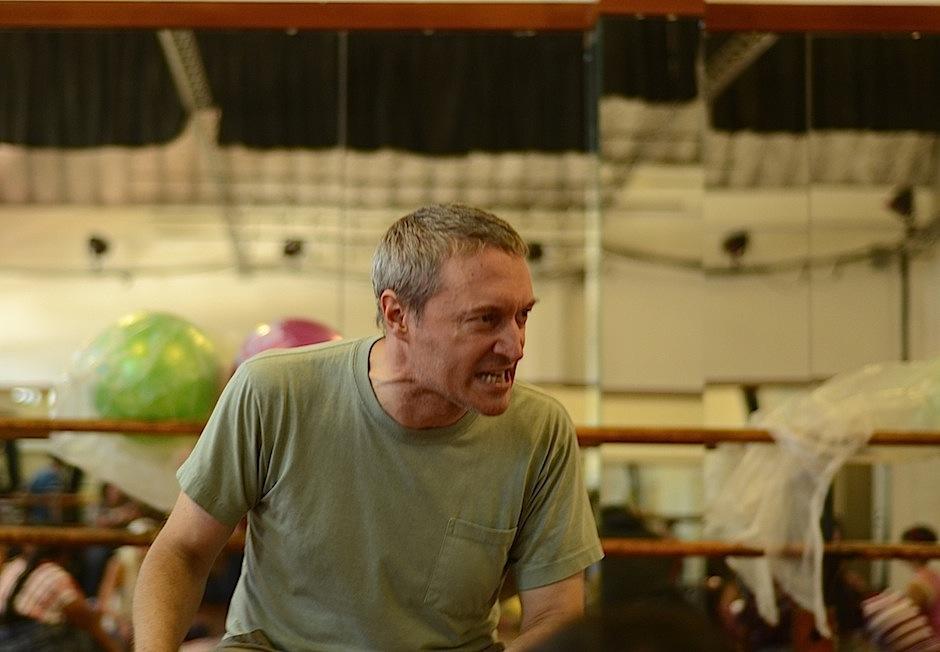 Sonidos guturales y voces animales son protagonistas en esta puesta en escena. El director George Drance muestra a los actores cómo gesticular. (Foto: Selene Mejía/Soy502)