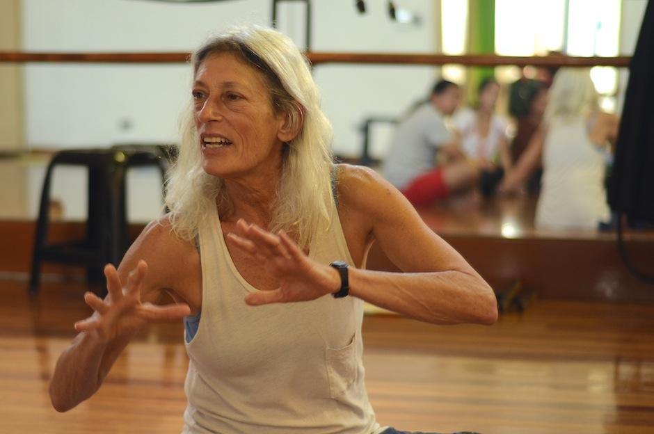 La directora estadounidense Onni Johnson instruye a los involucrados en la obra. (Foto: Selene Mejía/Soy502)