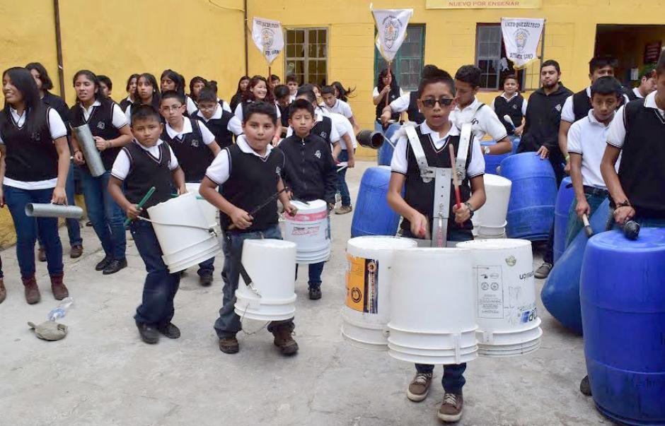 Los alumnos del Liceo Quetzalteco crearon un nuevo concepto de banda escolar en Xela, llamado Latin LataBand, con instrumentos hechos de materiales reciclados. (Foto: Pedro Orozco)