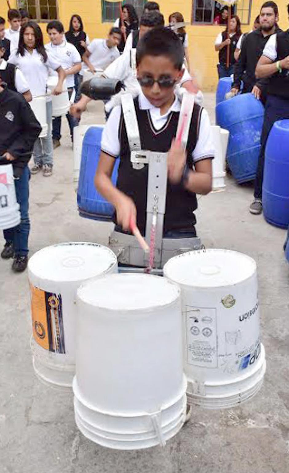 Los botes de pintura de cinco galones son convertidos en extraordinarios redoblantes y timbales, que también son parte de la Latin LataBand. (Foto: Pedro Orozco)