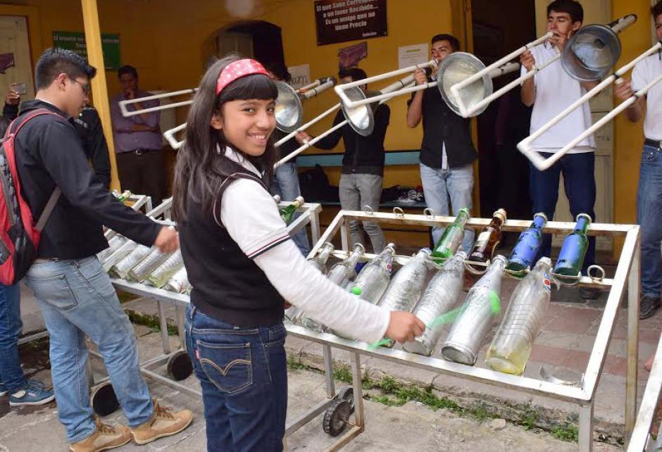 Con instrumentos construidos con desechos, la Latin LataBanda del Liceo Quetzalteco de Xela, cumple tres años haciendo conciencia ecológica. (Foto: Pedro Orozco)