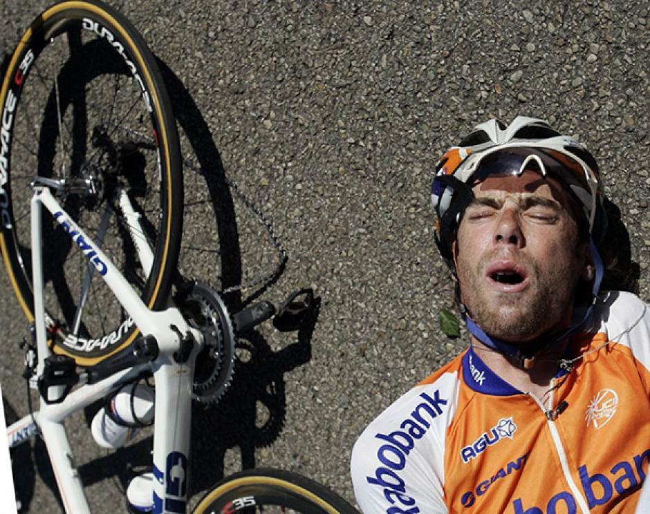 Tras el incidente, Ten Dam se tiró al pavimento para descansar un momento y reiniciar su camino.