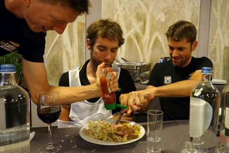 Para la cena, Laurens no podía mover los brazos debido a la herida, así que sus compañeros lo ayudaron a alimentarse.