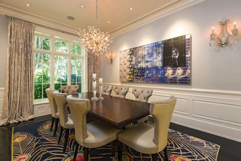 Los elegantes muebles le hace juego a la casa. (Foto: yahoo.com)