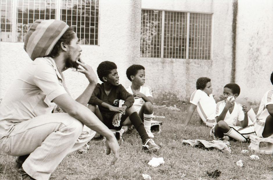 Marley junto a niños futbolistas jamaiquinos, el cantante siempre apoyó el fútbol de su país