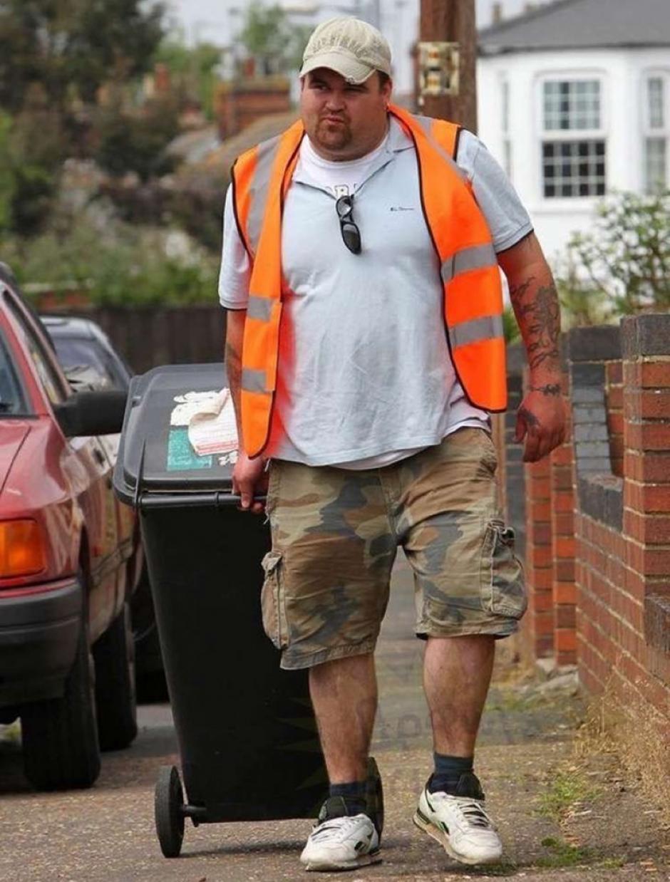 Ahora, el hombre trabaja extrayendo basura de las otras casas. (Foto: Infobae)