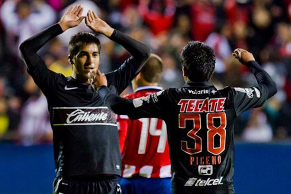 Leandro Fernández (de frente) celebra un gol durante su paso por el fútbol mexicano