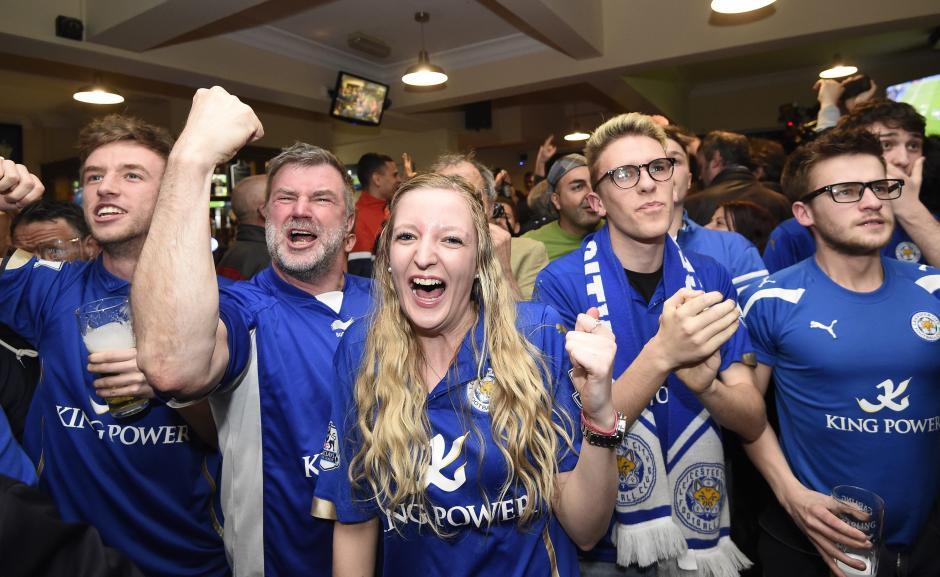 La alegría invadió a los seguidores del Leicester City. (Foto: EFE)