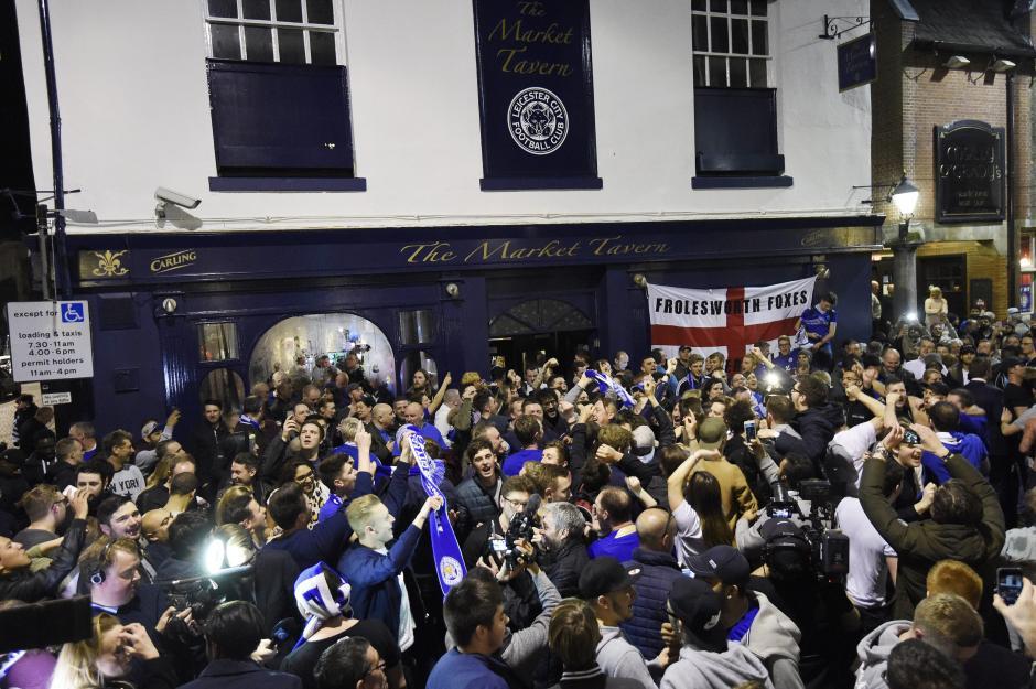 """Seguidores de los """"Foxes"""" salieron a las calles a celebrar el triunfo. (Foto: EFE)"""