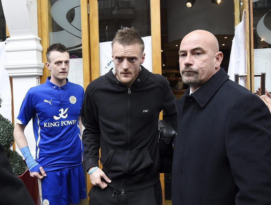 Al centro, el delantero del Leicester, Jamie Vardy saliendo del restaurante donde el equipo celebró la victoria. (Foto: EFE)