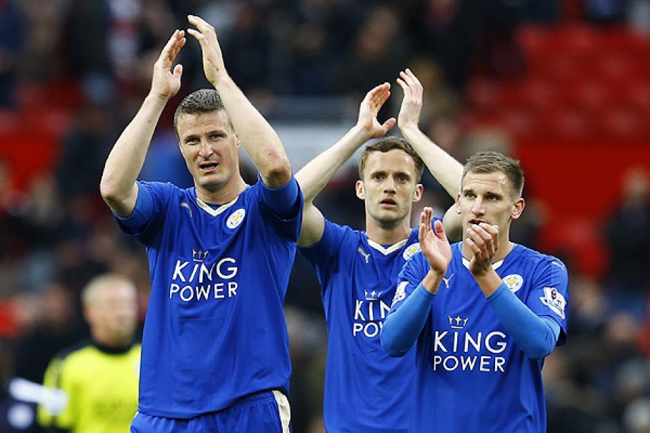 Los aficionados de Leicester festejaron a la distancia, su equipo levantó el cetro después de 132 años de existencia. (Foto: AFP)
