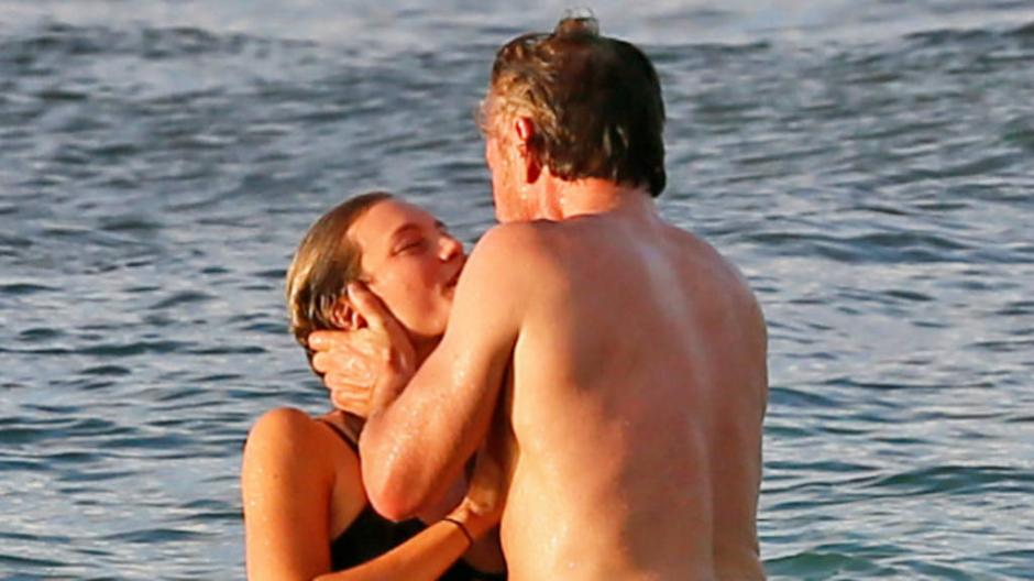 La pareja fue captada durante un romántico paseo. (Foto: elsalvador.com)