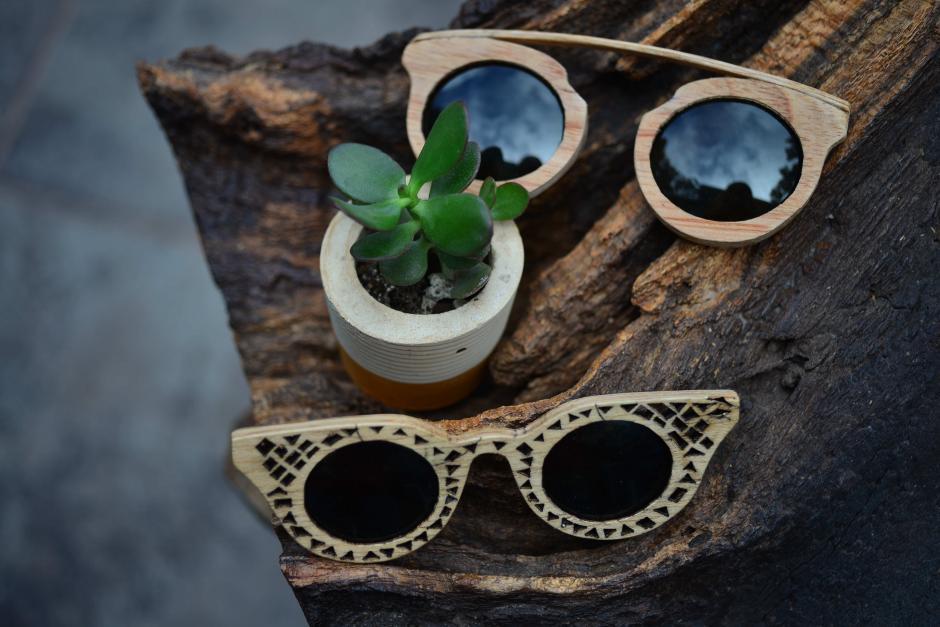 Los lentes están hechos de retazos de madera. (Foto: Jesús Alfonso/Soy502)
