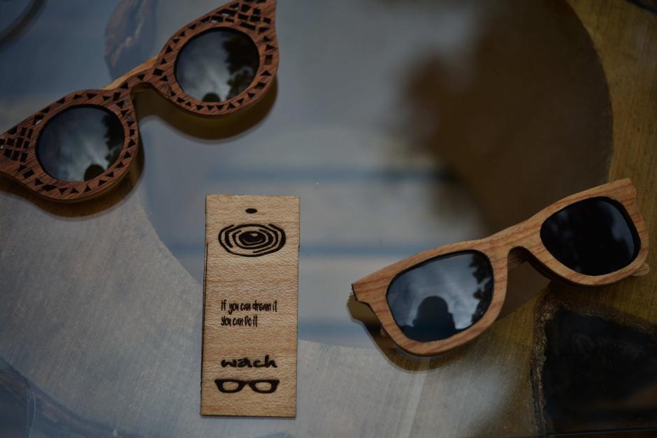 Los lentes de maderas están hechos completamente a mano. (Foto: Jesús Alfonso/Soy502)