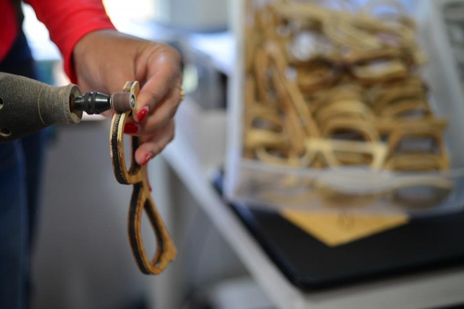 Las piezas son talladas y lijadas cada una a mano. (Foto: Jesús Alfonso/Soy502)