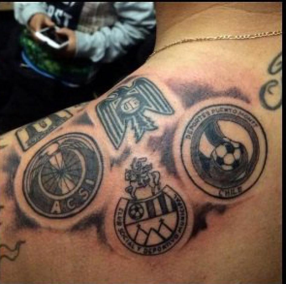 Entre los logos de los clubes donde ha militado, figura el de Municipal. (Foto: tattoorockers)