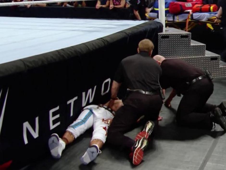 Los doctores se acercaron para analizar el estado del luchador. (Foto: Twitter/WWE)
