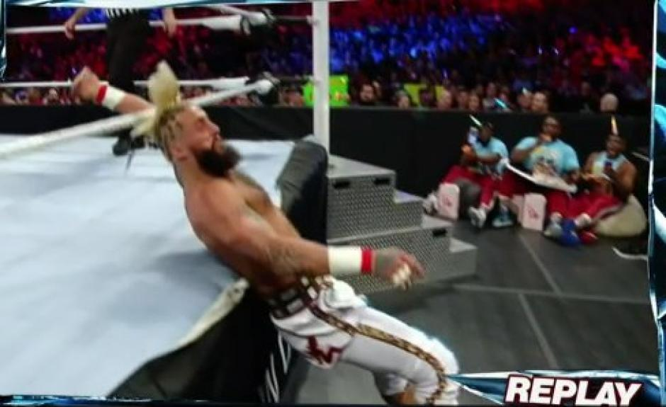 El luchador no pudo controlar su velocidad y terminó fuera del ring después del golpe que lo desmayó. (Foto: Twitter/WWE)