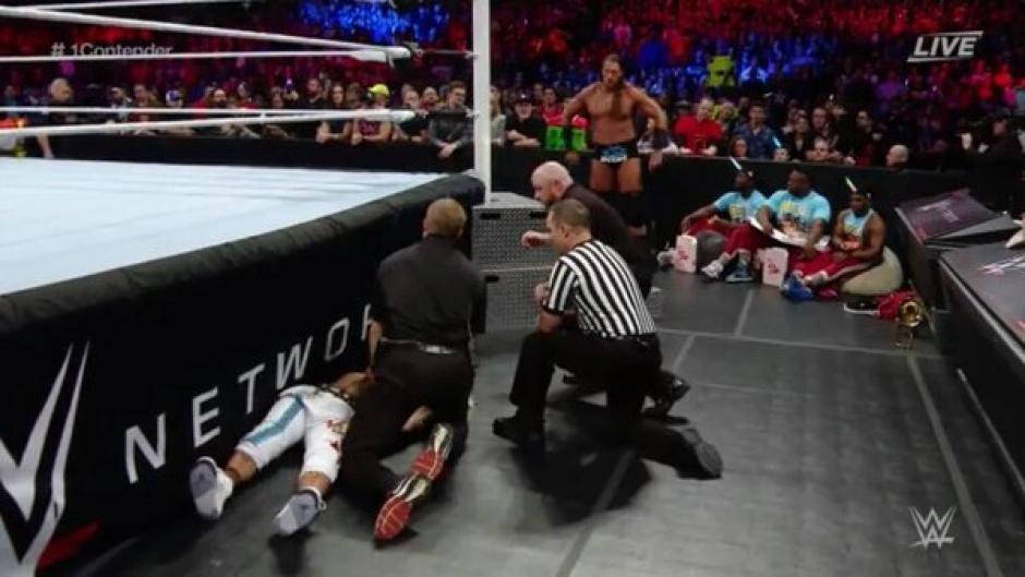 El árbitro notó que algo malo sucedía con Enzo Amore. (Foto: Twitter/WWE)