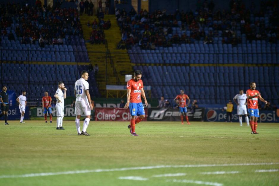 Así salió del campo el jugador de Municipal. (Fotos: Wilder López/Soy502)