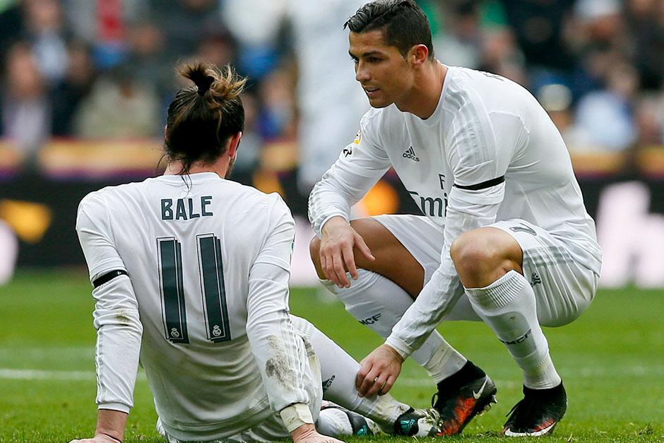 Bale sufrió un golpe en su gemelo de su pierna derecha. Abandonó el terreno de juego antes del descanso. (Foto: EFE)