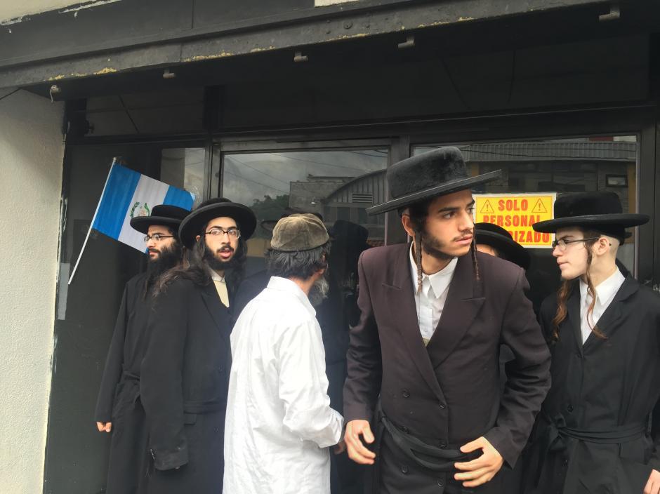 Los miembros Lev Tahor se oponían a que las autoridades ingresaran a uno de los edificios, al final permitieron la entrada. (Foto: Evelyn de León/Soy502)