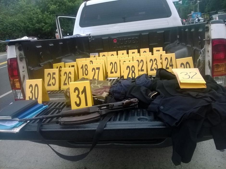En el vehículo fueron localizados varios celulares, un fusil y memorias usb.  (@MPguatemala)