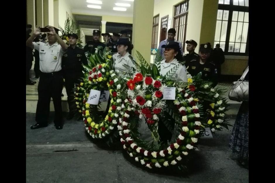 Las autoridades rindieron honras fúnebres al agente muerto. (Foto: PNC)