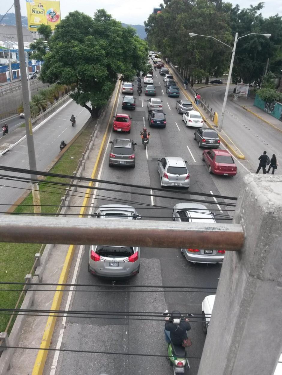 Usuarios de redes sociales reportaron largas filas de vehículos en el bulevar Liberación. (Foto: @EliuDiazLopez)