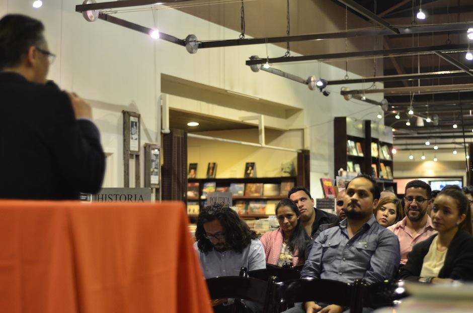 Los asistentes adquirieron el libro. (Foto: Selene Mejía/Soy502)