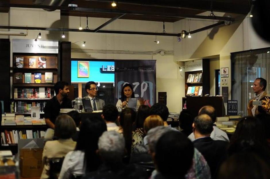 Varias personas acudieron a la presentación del libro de Juan Carlos Llorca en Sophos. (Foto: Alejandro Balan/Soy502)