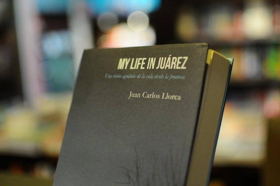 Este es el libro de Juan Carlos Llorca. (Foto: Alejandro Balan/Soy502)