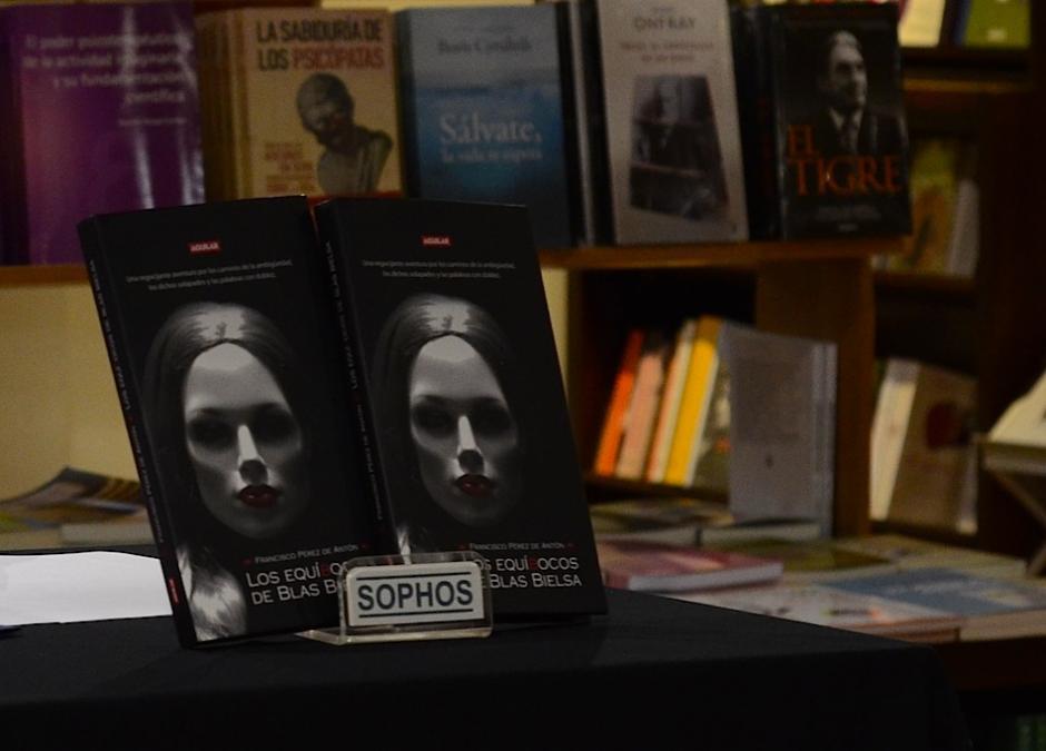 """El libro """"Los Equíbocos de Blas Bielsa"""", relata la historia de un personaje y su rara habilidad para trastocar las palabras y frases con doblez. (Foto: Selene Mejía/Soy502)"""