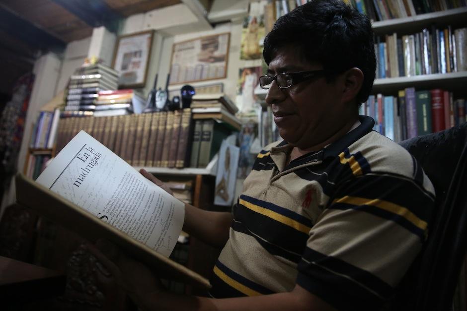 Eduardo Cot hojea un libro de Juan Rulfo en su librería Popol Vuh. (Foto: Esteban Biba/EFE)