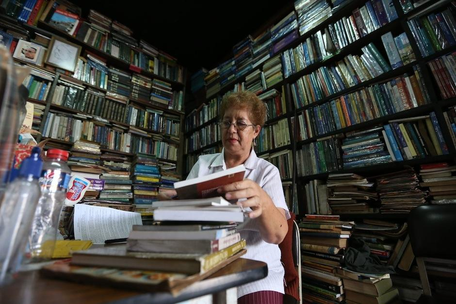 """Ligia Gálvez ordena ejemplares en el negocio de libros usados el """"Búho"""". (Foto: Esteban Biba/EFE)"""
