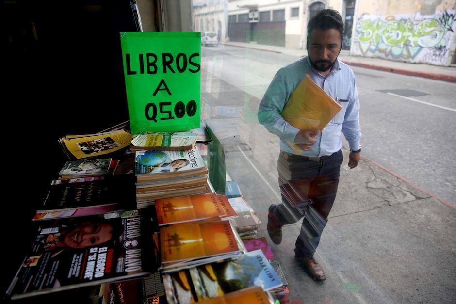 Un hombre observa la vitrina de la librería Popol Vuh. (Foto: Esteban Biba/EFE)