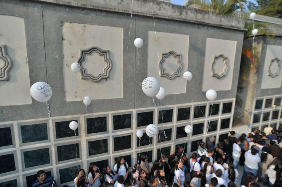 Al momento de enterrar el cuerpo de Alex, los globos fueron soltados. (Foto: Wilder López/Soy502)