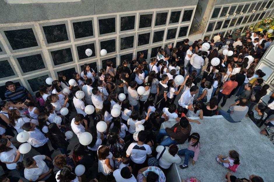 Decenas de personas acompañaron en el último adiós de Alexander. (Foto: Wilder López/Soy502)