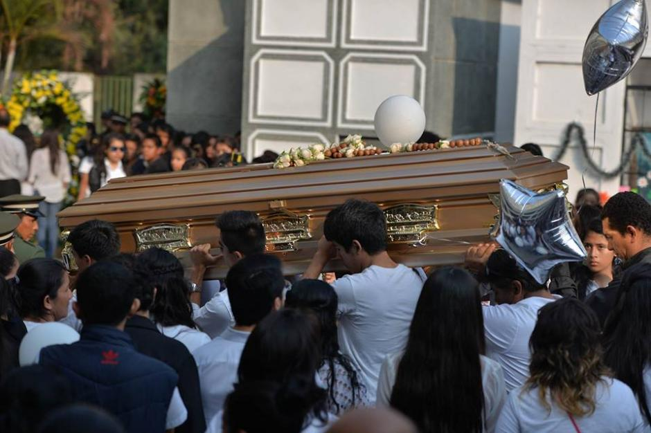 El féretro de Alexander fue cargado por estudiantes y amigos. (Foto: Wilder López/Soy502)